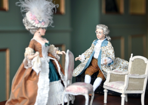 Gäste vom französischen Hof und unsere Garderobe (im Hintergrund)